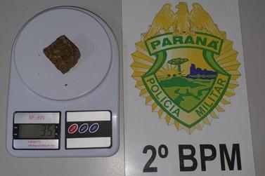 Suspeito é detido por porte de drogas no bairro Silas Peixoto em Jacarezinho