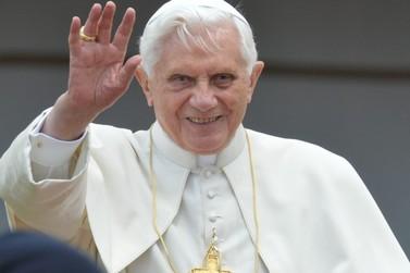 Ex-papa Bento XVI rompe silêncio sobre celibato após sínodo
