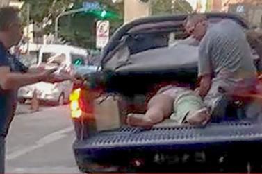 Mulher é socorrida em caçamba de caminhonete