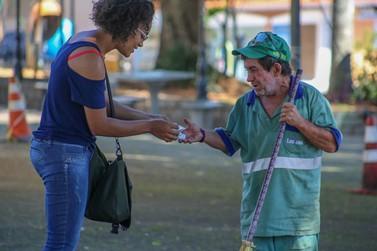 Auxiliar de cabeleireira Louveirense distribui álcool gel nas ruas