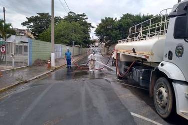 Prefeitura segue com limpeza e desinfecção de locais na cidade.