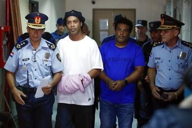Ronaldinho Gaúcho paga fiança de R$ 8,4 milhões e deixa a cadeia no Paraguai