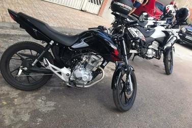 Homem é flagrado fazendo manobras arriscadas com moto em Jundiaí