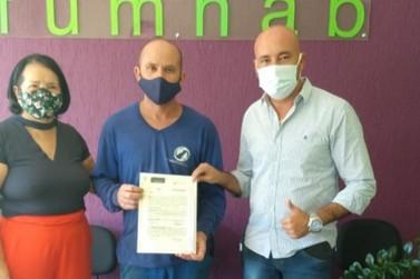 Prefeitura entrega registro de escritura de imóvel para família de Louveira