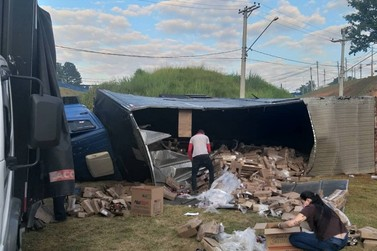 Caminhao carregado com produtos alimentícios tomba na rotatória em Louveira