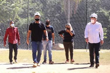 Louveira instala redes de proteção no campo do Monterrey em Louveira