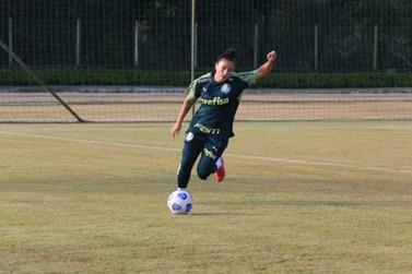Time de futebol feminino do Palmeiras faz treinamento em Louveira