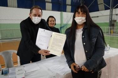 Louveira entrega escrituras de imóveis para 17 famílias do Jardim Esmeralda