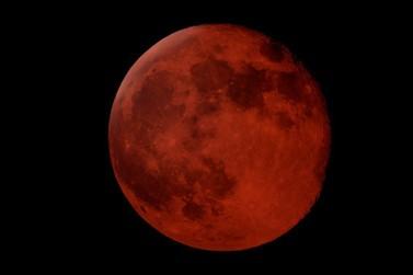 Eclipse total da Lua mais longo do século ocorre nesta sexta-feira