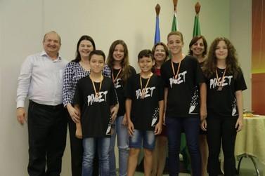 Estudantes de Lucas do Rio Verde recebem medalhas de Olimpíadas do Conhecimento