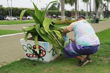Praça dos Migrantes de Lucas do Rio Verde ganha decoração de Natal em grafite