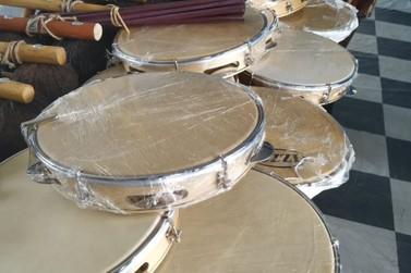 Mesmo de quarentena pela Covid-19, oficina de capoeira recebe instrumentos novos