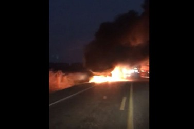 Fogo destrói carreta na BR 163 próximo ao Distrito de Primaverinha