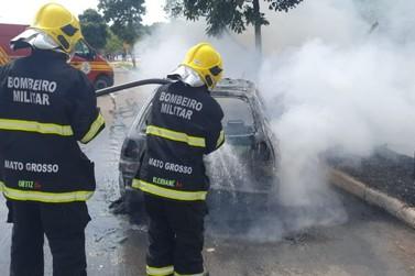 Carro é destruído por fogo na Avenida Chapada, no bairro Cerrado