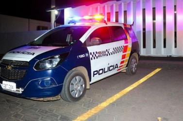 Com sinais de embriaguez, condutor perde controle de carro e invade comércio
