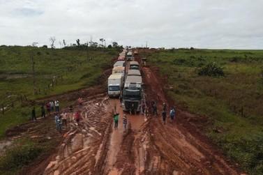 Mais de 200 caminhões ficam parados em estrada de MT por causa de atoleiro