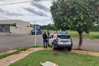 Policiais flagram jovem trafegando de moto sem capacete no Tessele Junior