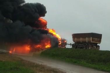Colisão envolve três caminhões próximo à São Cristóvão; veículo está em chamas