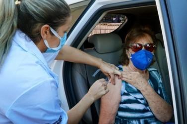 Drive-thru de vacina para idosos de 74 a 78 acontece neste sábado (27)