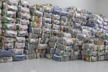 Famílias beneficiadas pelo Cras recebem cestas básicas e produtos de limpeza