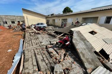 Chuva forte alaga ruas e hospital e derruba muros de casas em Sorriso
