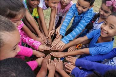 Crianças realizam plantio de árvores na Praça da Esperança