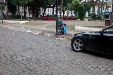 Ruas de Mariana ficam cheias de lixo após final da Copa do Brasil