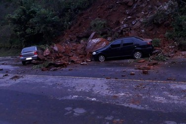 Rua em Ouro Preto fica interditada após deslizamento de terra