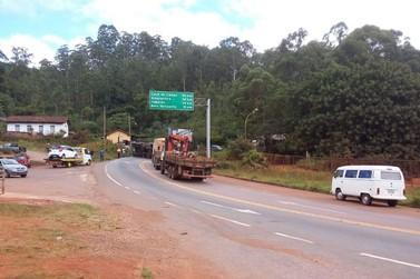 Carreta tomba na estrada em Saramenha