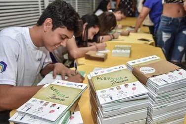 Estudantes de Mariana lançam livro de Aldravias