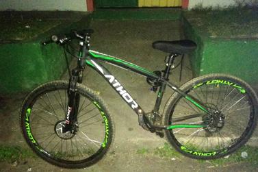 Bicicleta furtada é recuperada pela Polícia Militar, no bairro Vila do Carmo