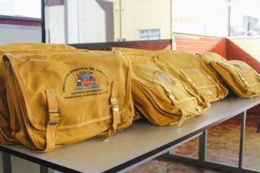Agentes de endemia recebem bolsas com instrumentos de combate a focos em Mariana