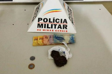 Polícia Militar apreende autores de tráfico de drogas em Mariana