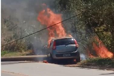 Carro é incendiado após bater em poste