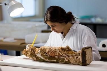 Obras sacras resgatadas da lama são restauradas em Mariana