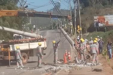 Roda de carreta se solta e atinge poste na Rodovia dos Inconfidentes