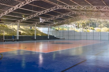 Prefeitura termina reforma de quadra esportiva de distrito de Mariana