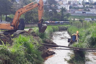 Prefeitura de Mariana trabalha na limpeza do córrego do Canela