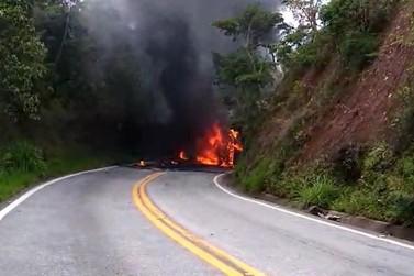 Ônibus pega fogo na MG-129 entre Ouro Branco e Ouro Preto