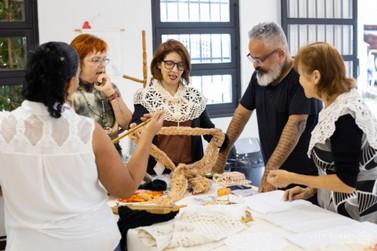 Artesãos e produtores de Mariana recebem consultoria do estilista Ronaldo Fraga