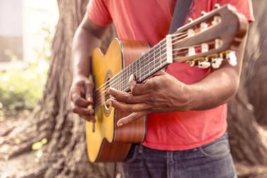 Valorização aos artistas locais vem como uma medida cultural positiva