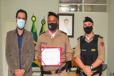 Comandante do 52º Batalhão de Polícia Militar recebe Medalha do Dia de Minas