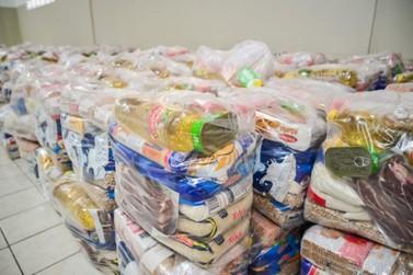 Alunos da rede de ensino municipal e estadual recebem cestas básicas