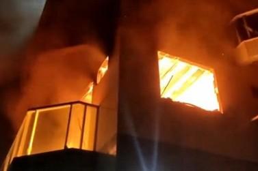 Policiais resgatam idosa de apartamento em chamas em Saquarema