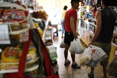 Sancionada lei que proíbe cobrança de sacolas nos comércios de Maricá