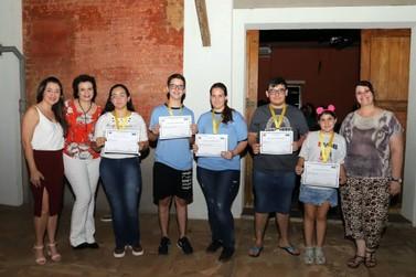 Educação entrega certificados a alunos destaques na Olimpíada Língua Portuguesa