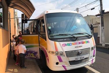 Estilizado, ônibus para transporte de alunos à Brinquedoteca já está em circulaç