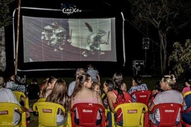 Cinema ao ar livre reúne de crianças a adultos em Martim Francisco