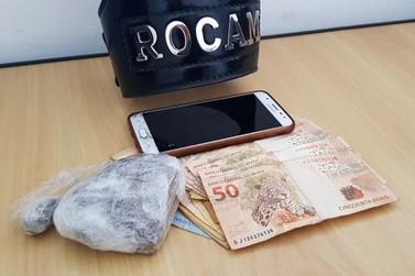 Homem é detido com dinheiro e maconha pela Rocam
