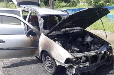 Carro fica destruído após pegar fogo na praça do Half